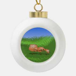 Hormiga en hierba verde alta adorno de cerámica en forma de bola