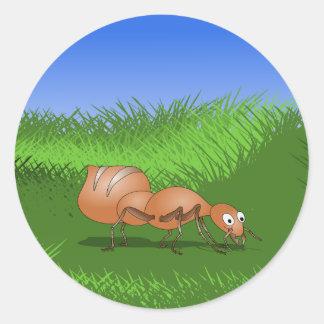 Hormiga feliz en un prado enorme etiquetas redondas