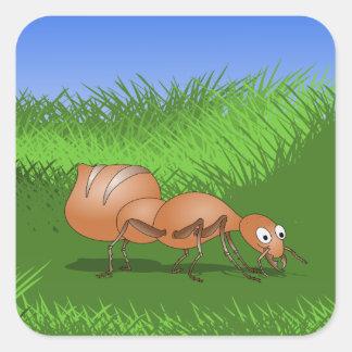 Hormiga feliz en un prado enorme calcomanías cuadradas personalizadas