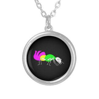 Hormiga linda del dibujo animado con el abdomen collar plateado