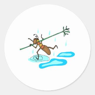 Hormiga que corre a través de la lluvia etiqueta redonda