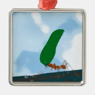 Hormiga que lleva una hoja ornamento para arbol de navidad