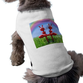 Hormigas en la hierba camisa de perro