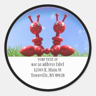 Hormigas en la hierba etiqueta redonda