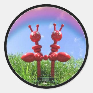 Hormigas en la hierba pegatina redonda
