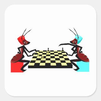Hormigas que juegan a ajedrez calcomanias cuadradas