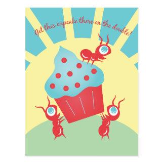 Hormigas que llevan una magdalena tarjetas postales
