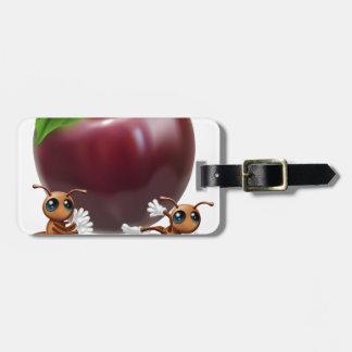 Hormigas que llevan una manzana grande etiquetas para maletas