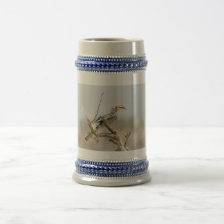 Hornbill cargado en cuenta amarillo jarra de cerveza
