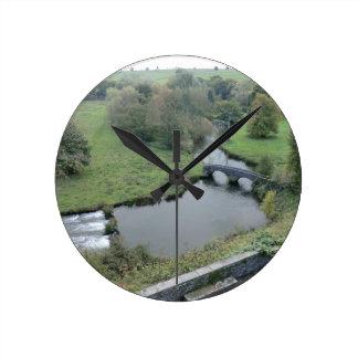 Horqueta del río en Haddon Pasillo Reloj De Pared