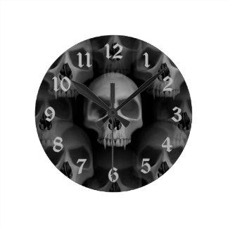 Horror fanged mal gótico de Halloween del cráneo Reloj Redondo Mediano