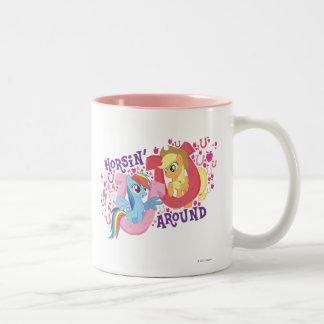 Horsin alrededor taza de café