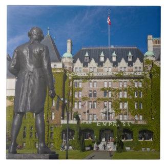 Hotel de la emperatriz y estatua de capitán James  Azulejo Cuadrado Grande