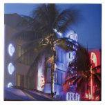 Hotel de neón en la noche, impulsión del océano, M Azulejo