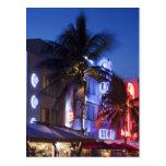 Hotel de neón en la noche, impulsión del océano, postal
