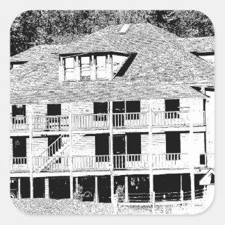 Hotel viejo en el bosquejo de las montañas pegatina cuadrada