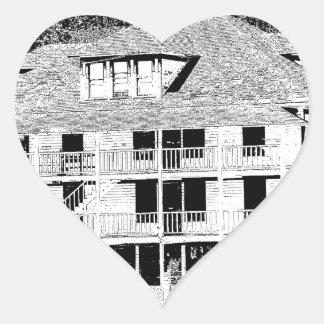Hotel viejo en el bosquejo de las montañas pegatina en forma de corazón