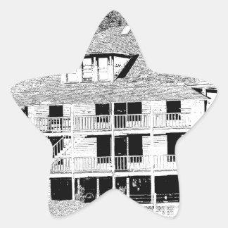 Hotel viejo en el bosquejo de las montañas pegatina en forma de estrella