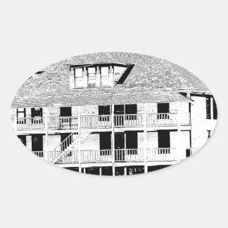 Hotel viejo en el bosquejo de las montañas pegatina ovalada