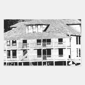 Hotel viejo en el bosquejo de las montañas pegatina rectangular
