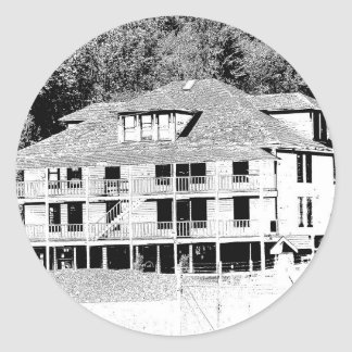 Hotel viejo en el bosquejo de las montañas pegatina redonda