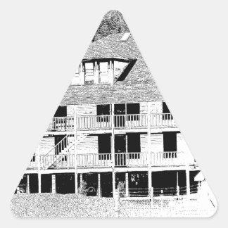 Hotel viejo en el bosquejo de las montañas pegatina triangular