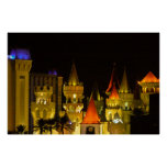 Hotel y casino de Excalibur en la noche Posters