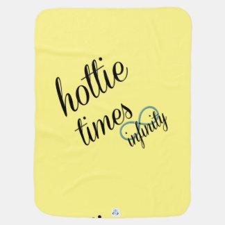 Hottie mide el tiempo de impresión echada a un mantas de bebé