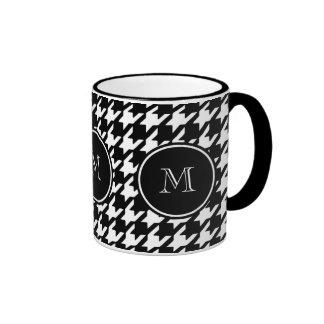 Houndstooth blanco y negro su monograma taza de dos colores