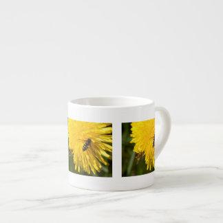 Hoverflies en los dientes de león taza espresso