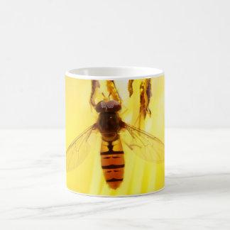 hoverfly en lirio amarillo taza clásica