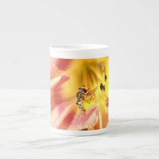 hoverfly en lirio rosado taza de porcelana