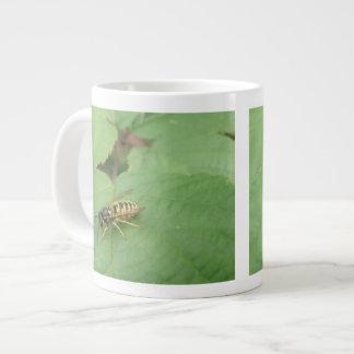 Hoverfly en una taza de la hoja taza grande