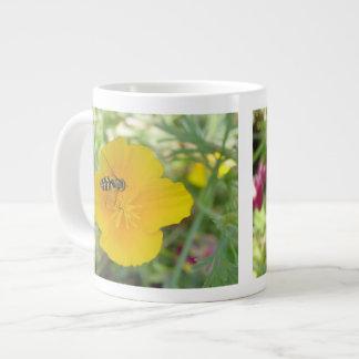 Hoverfly y taza californiana de la amapola taza grande