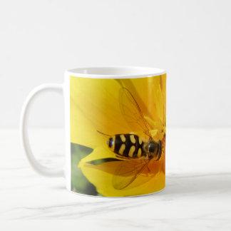 Hoverfly y taza de la flor