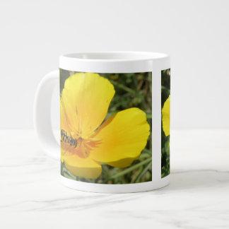 Hoverfly y taza de la flor taza grande