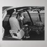 Howard Hughes en el avión de madera del ganso Spru Póster