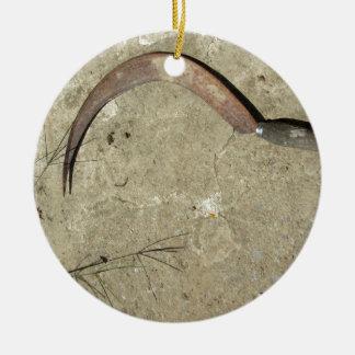 Hoz oxidada vieja adorno navideño redondo de cerámica