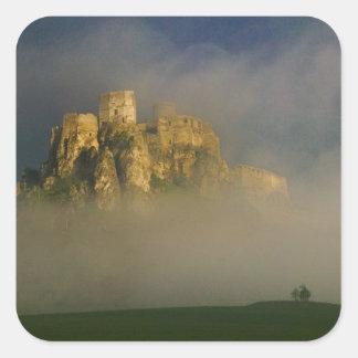 Hrad de Spissky en la niebla, Eslovaquia 2 Pegatina Cuadrada