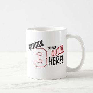 huelga 3-Youre Outta aquí Taza Básica Blanca