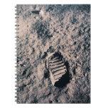 Huella en superficie lunar libro de apuntes con espiral