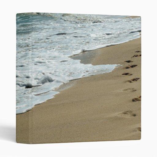 Huellas de la playa en la carpeta del océano de la