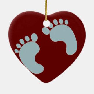 Huellas del bebé adorno navideño de cerámica en forma de corazón