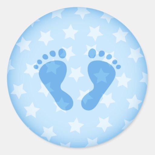 Huellas del bebé azul en un fondo estrellado pegatina redonda   Zazzle