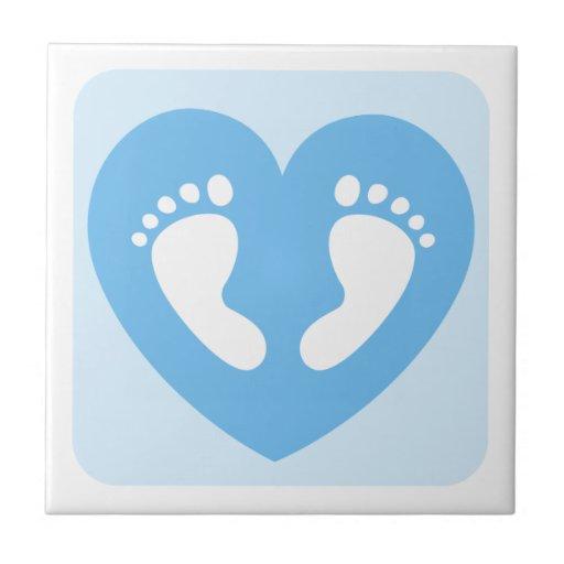 Huellas del bebé en baldosas cerámicas del corazón azulejo ...