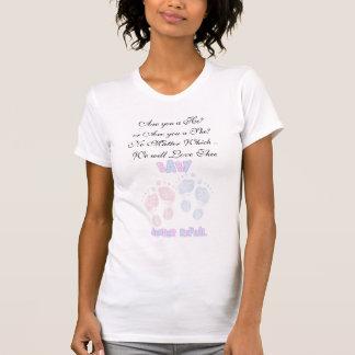 Huellas del bebé rosado y azul que cuentan con la camisetas