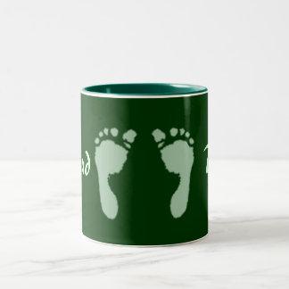 Huellas del bebé (verde) taza de dos tonos