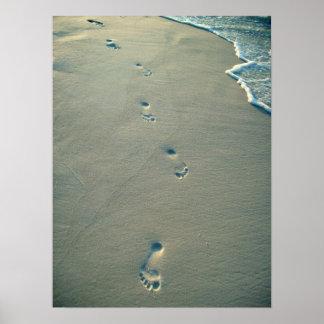 Huellas en la arena posters