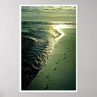 Huellas en la arena, Piha, isla del norte Póster
