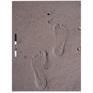 Huellas en la arena pizarra blanca